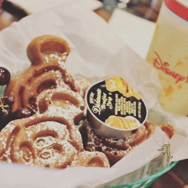 5 Must Try Snacks in Disney World - Mickey Mouse Waffles