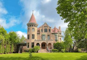 Castle Bed & Breakfast - lodging in La Crosse WI