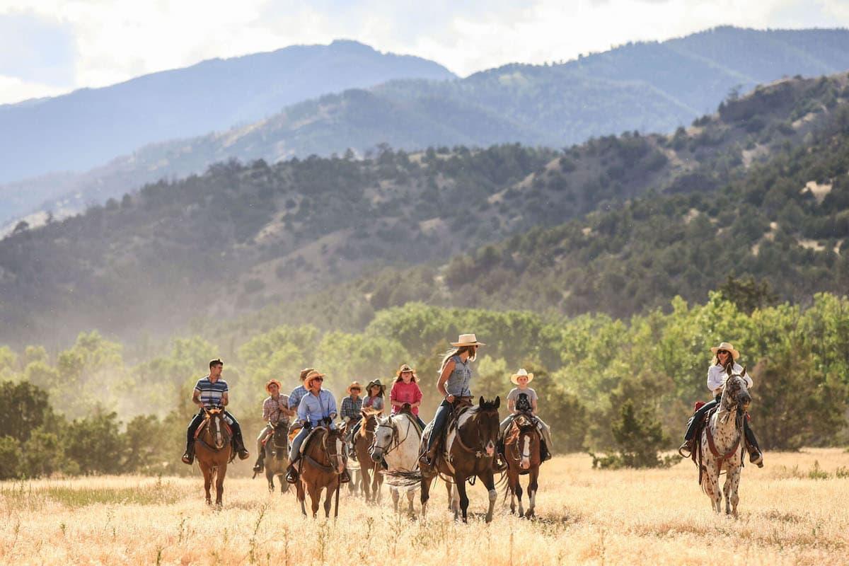 people on horseback, mountain horseback ride